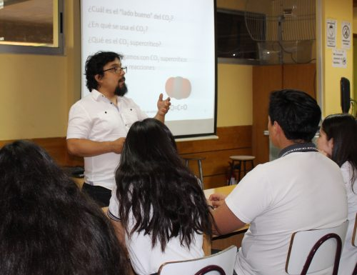 Académico de Ingeniería Química y Ambiental de Campus San Joaquín dicta charlas a escolares de Santiago