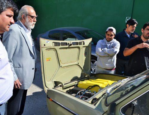 Sansanos convierten auto convencional en eléctrico