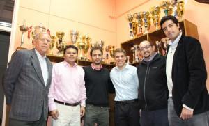 Joaquin Rosas (al centro de camisa blanca) junto a representantes del Equipo de Exalumnos y el director de DEFIDER