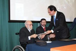 Leonardo Jeffs recibiendo su homenaje