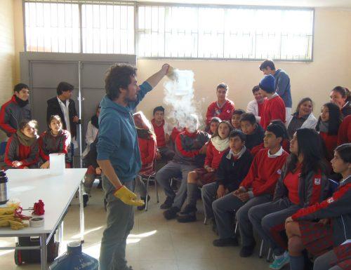 USM fomenta aprendizaje de escolares con experimentos científicos en la propia sala de clases