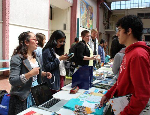 Sansanos y estudiantes internacionales comparten experiencias de intercambio en Mesas por Países