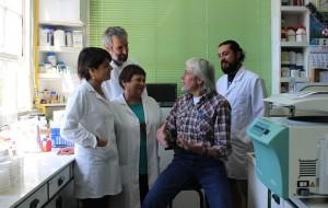 Dr. Hofer y Dr. Seeger con investigadores en laboratorio USM 2